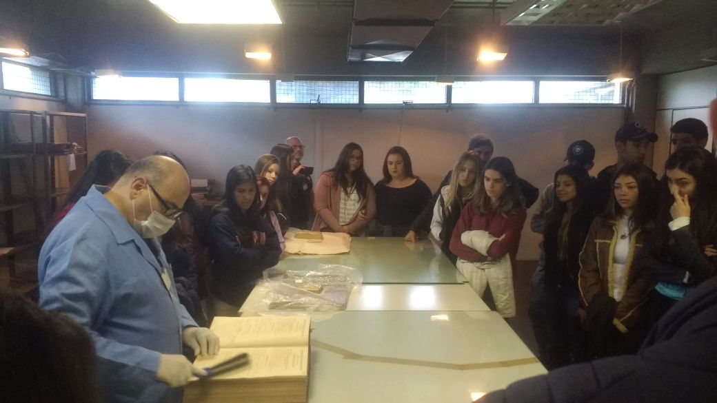 Aprendizes visitam o Arquivo Público do Paraná