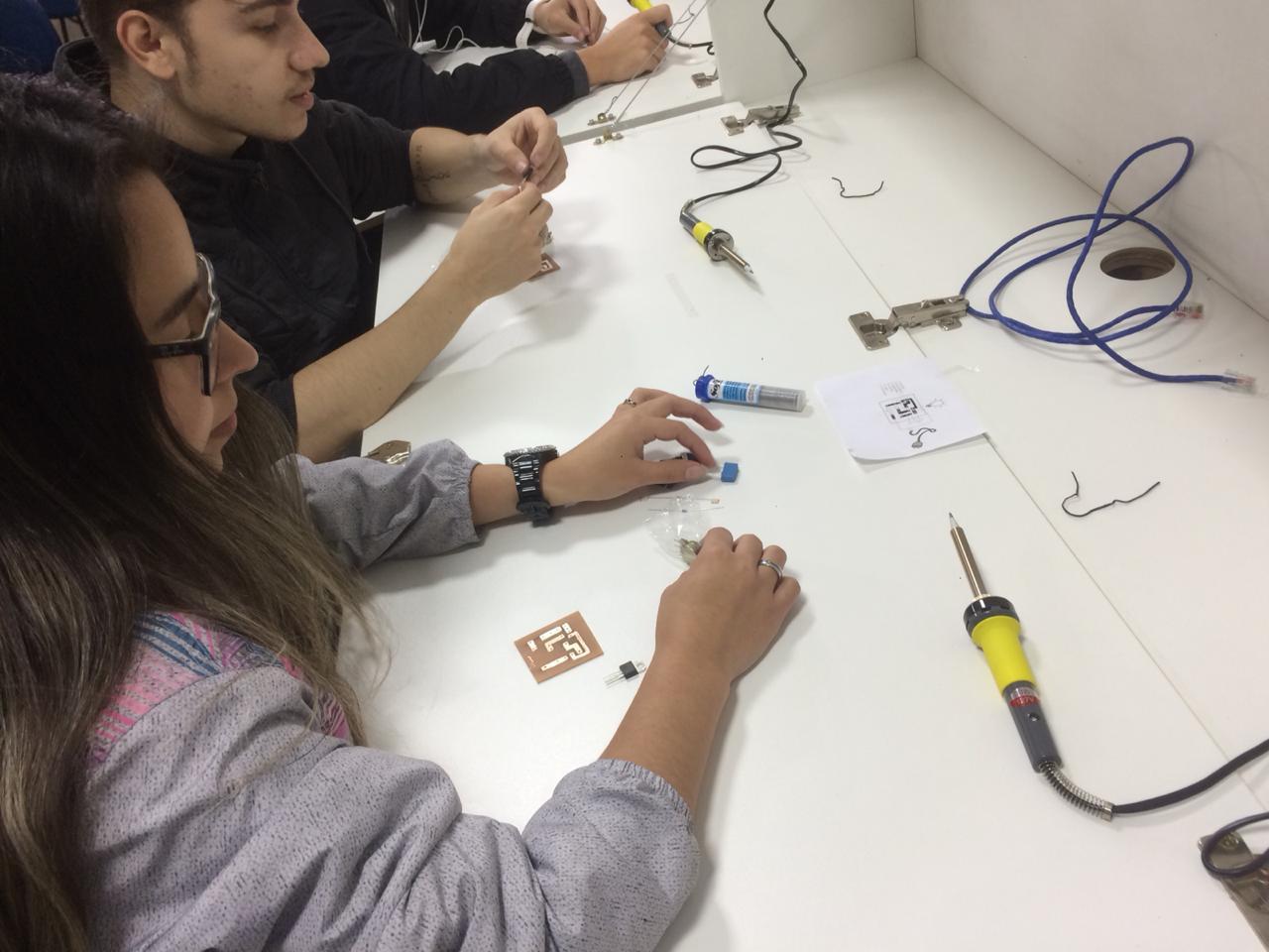 Doação de empresas contribui para aula prática de aprendizes de mecânica