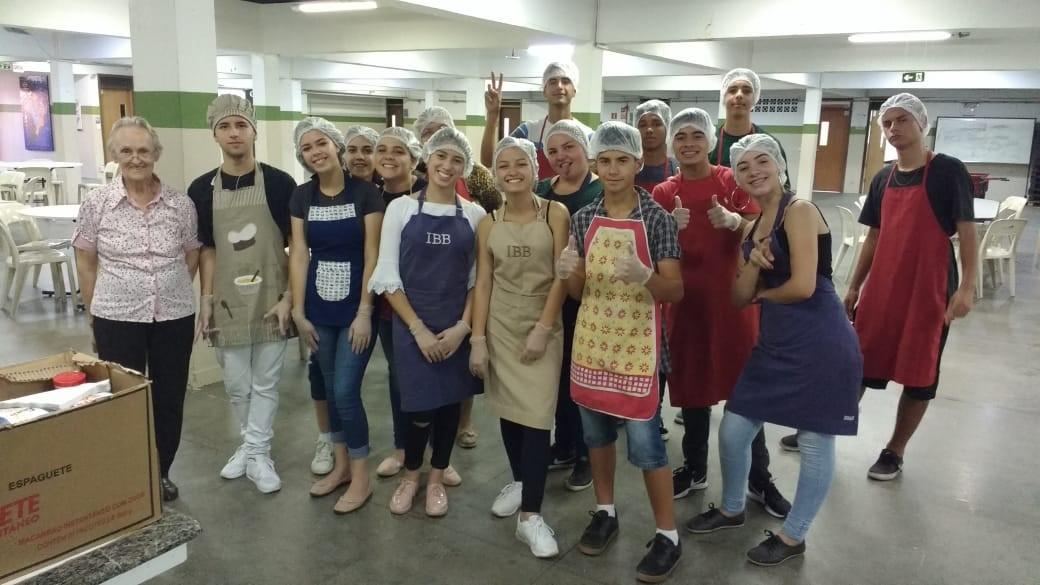 Jovens aprendem sobre empreendedorismo fazendo 'pão solidário'